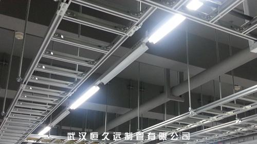 在无吊顶处沿梁底吊装或靠墙支架安装,在有吊顶处在吊顶内吊装或靠墙图片